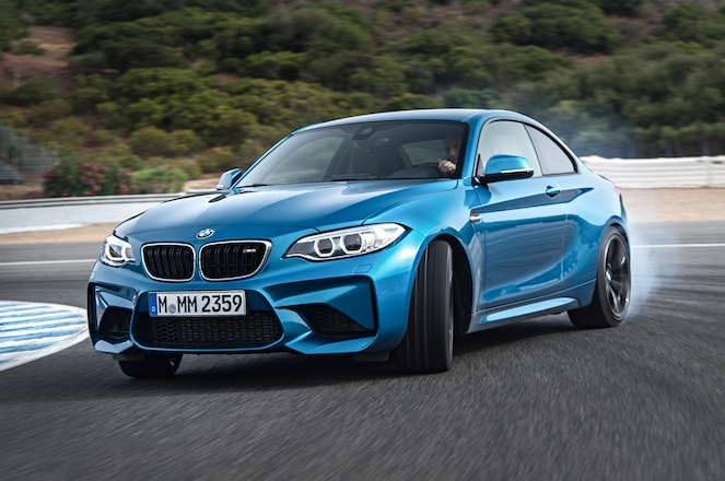 2016-BMW-M2-Coupe-front-three-quarter-burnout1