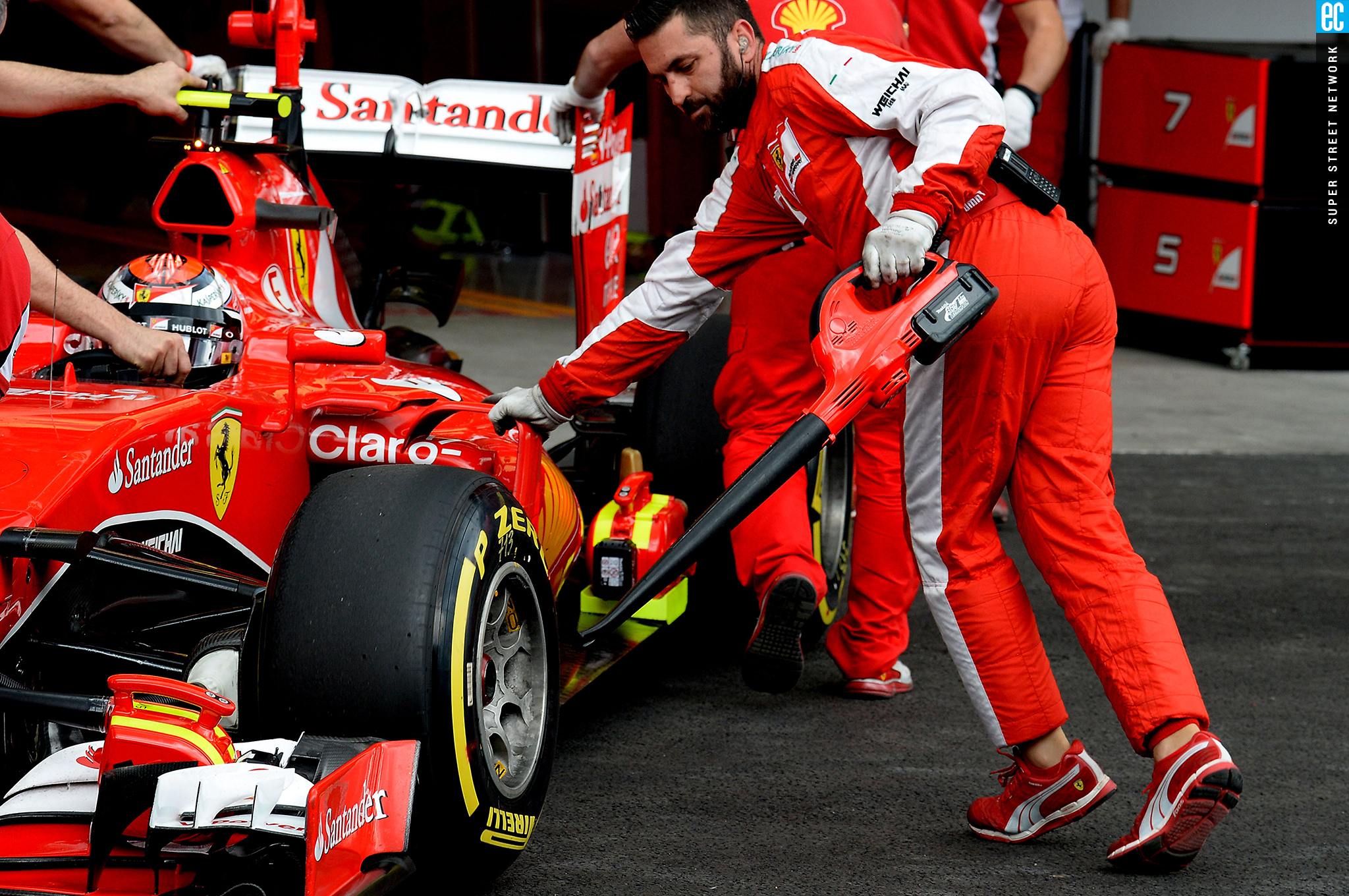 34264ce234754 Mexican grand prix pit crew replacing tire