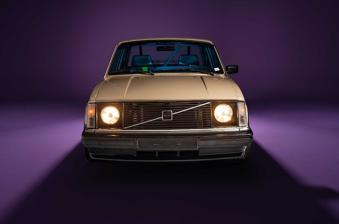 1983-Volvo-242-Front-Grille